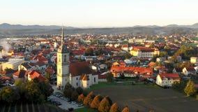 Opinión aérea del panorama de la pequeña ciudad europea medieval Slovenska Bistrica, Eslovenia con la iglesia y el castillo almacen de metraje de vídeo