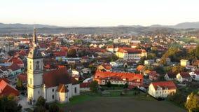 Opinión aérea del panorama de la pequeña ciudad europea medieval Slovenska Bistrica, Eslovenia con la iglesia y el castillo almacen de video