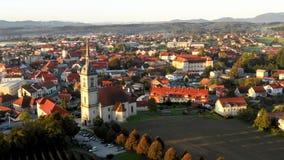 Opinión aérea del panorama de la pequeña ciudad europea medieval Slovenska Bistrica, Eslovenia con la iglesia y el castillo metrajes