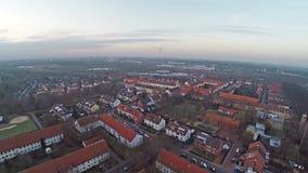 Opinión aérea del panorama de Lindenbergsiedlung en Brunswick Brunswick Alemania en día nublado metrajes