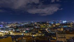 Opinión aérea del panorama de Lisboa del centro de ciudad con el edificio iluminado en el timelapse de la noche del otoño, Portug almacen de video