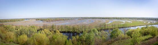 Opinión aérea del panorama del paisaje sobre el río de Desna con los prados y los campos inundados Visión desde el alto banco en  Foto de archivo