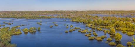 Opinión aérea del panorama del paisaje sobre el río de Desna con los prados y los campos inundados Visión desde el alto banco en  Foto de archivo libre de regalías
