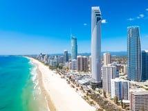 Opinión aérea del paraíso de las personas que practica surf sobre un día claro con agua azul Fotografía de archivo