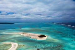 Opinión aérea del paraíso tropical de la laguna del aitutaki de Island del cocinero de Polinesia Fotos de archivo libres de regalías