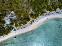Opinión aérea del paraíso tropical de la laguna del aitutaki de Island del cocinero de Polinesia Foto de archivo