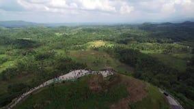Opinión aérea del paso elevado de las colinas del chocolate Bohol, Filipinas metrajes