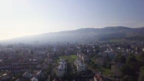 Opinión aérea del pequeño pueblo de Suiza metrajes