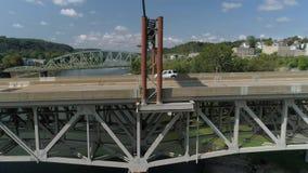 Opinión aérea del perfil del tráfico en el puente en Pennsylvania almacen de video