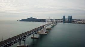 Opinión aérea del puente y de Haeundae de Gwangan en la salida del sol, Busán, Corea del Sur almacen de metraje de vídeo
