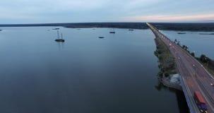 Opinión aérea del puente y del lago metrajes