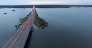 Opinión aérea del puente y del lago almacen de video