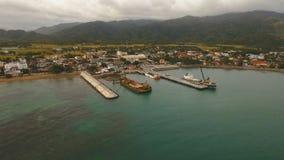 Opinión aérea del puerto del tránsito del cargo y del pasajero Isla de Catanduanes, Filipinas almacen de video