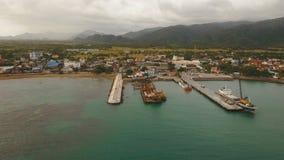 Opinión aérea del puerto del tránsito del cargo y del pasajero Isla de Catanduanes, Filipinas almacen de metraje de vídeo
