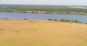 Opinión aérea del río Volga del landon arable del quadcopter del vuelo sobre bosque almacen de metraje de vídeo