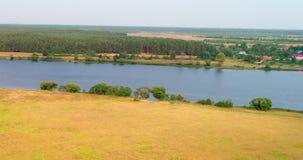 Opinión aérea del río Volga del landon arable del quadcopter del vuelo sobre bosque metrajes