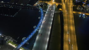 Opinión aérea del timelapse grande de la ciudad del tráfico de la noche - puente de la hélice de los caminos de Singapur almacen de metraje de vídeo