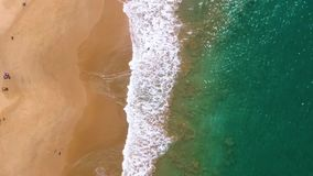 Opinión aérea del tiro aéreo de la cámara lenta de las ondas que se estrellan sobre la orilla almacen de video