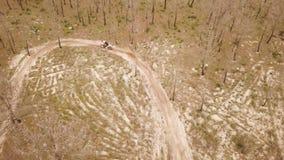 Opinión aérea del tiro del abejón de una impulsión de la motocicleta del enduro metrajes