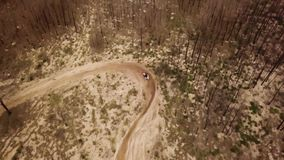 Opinión aérea del tiro del abejón de una impulsión de la motocicleta del enduro almacen de metraje de vídeo