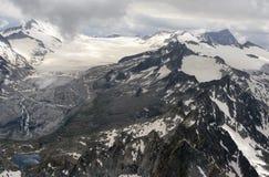 Opinión aérea del verano del glaciar y del lago de Adamello, Italia Imágenes de archivo libres de regalías