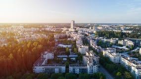 Opinión aérea del verano escénico de la arquitectura moderna con los rascacielos del negocio y las construcciones de viviendas en fotos de archivo