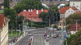Opinión aérea del verano escénico la arquitectura y Charles Bridge de Lesser Town sobre timelapse del río de Moldava en Praga almacen de metraje de vídeo