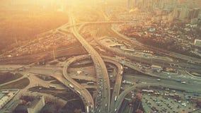 Opinión aérea del vuelo del abejón de la circulación densa de la autopista sin peaje imagen de archivo libre de regalías