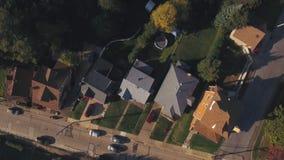 Opinión aérea derecho abajo sobre la vecindad residencial de Pennsylvania almacen de video