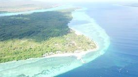 Opinión aérea Dive Resort en Wakatobi, Indonesia almacen de metraje de vídeo