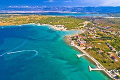 Opinión aérea el CCB turístico de la costa de Zaton y de la montaña de Velebit fotos de archivo libres de regalías