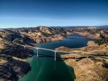 Opinión aérea el James E Roberts Memorial Bridge cerca del parque nacional de Yosemite imágenes de archivo libres de regalías