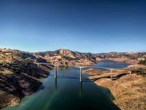 Opinión aérea el James E Roberts Memorial Bridge cerca del parque nacional de Yosemite foto de archivo