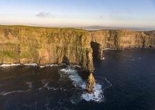Opinión aérea escénica hermosa del abejón de los acantilados de Irlanda de Moher en el condado Clare, Irlanda imagenes de archivo