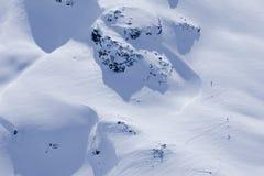 Opinión aérea esquiadores en una cima de la montaña Imagen de archivo