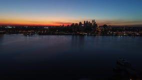 Opinión aérea fascinante del abejón 4k sobre el cielo de igualación anaranjado brillante de la puesta del sol sobre la ciudad lig almacen de metraje de vídeo