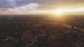 Opinión aérea fascinante del abejón sobre puesta del sol brillante sobre distrito céntrico moderno en centro de ciudad de Londres almacen de video