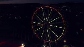 Opinión aérea Ferris Wheel Carnival Ride en la noche metrajes