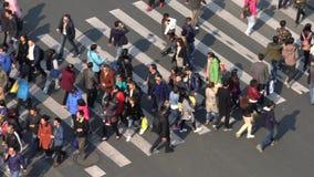 Opinión aérea gente en el paso de peatones ocupado, Shangai