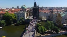 Opinión aérea gente en el puente en Praga metrajes