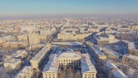 Opinión aérea hermosa del quadcopter de edificios soviéticos almacen de video