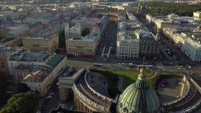 Opinión aérea hermosa sobre la catedral de Kazán en el centro de la ciudad de St Petersburg metrajes