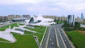 Opinión aérea Heydar Aliyev Center Museum en Baku, Azerbaijan almacen de metraje de vídeo