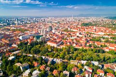 Opinión aérea histórica del centro de ciudad de Zagreb imagenes de archivo