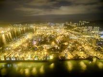 Opinión aérea Hong Kong Night Scene, Kwai Chungkin, Victoria Harbour, el puente de los Stonecutters Foto de archivo