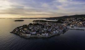 Opinión aérea imponente sobre la ciudad de Primosten durante puesta del sol hermosa Fotos de archivo