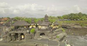 Opinión aérea impresionante Pura Tanah Lot La porción de Tanah es una formación de roca de la isla indonesia de Bali almacen de metraje de vídeo