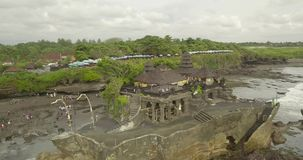 Opinión aérea impresionante Pura Tanah Lot La porción de Tanah es una formación de roca de la isla indonesia de Bali metrajes