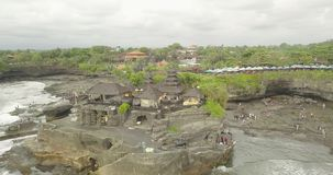 Opinión aérea impresionante Pura Tanah Lot La porción de Tanah es una formación de roca de la isla indonesia de Bali almacen de video