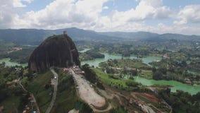 Opinión aérea inminente del abejón La Piedra del Peñol en Colombia almacen de metraje de vídeo